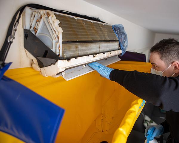 Mann fra Power Clean utfører dyprens av en varmepumpe